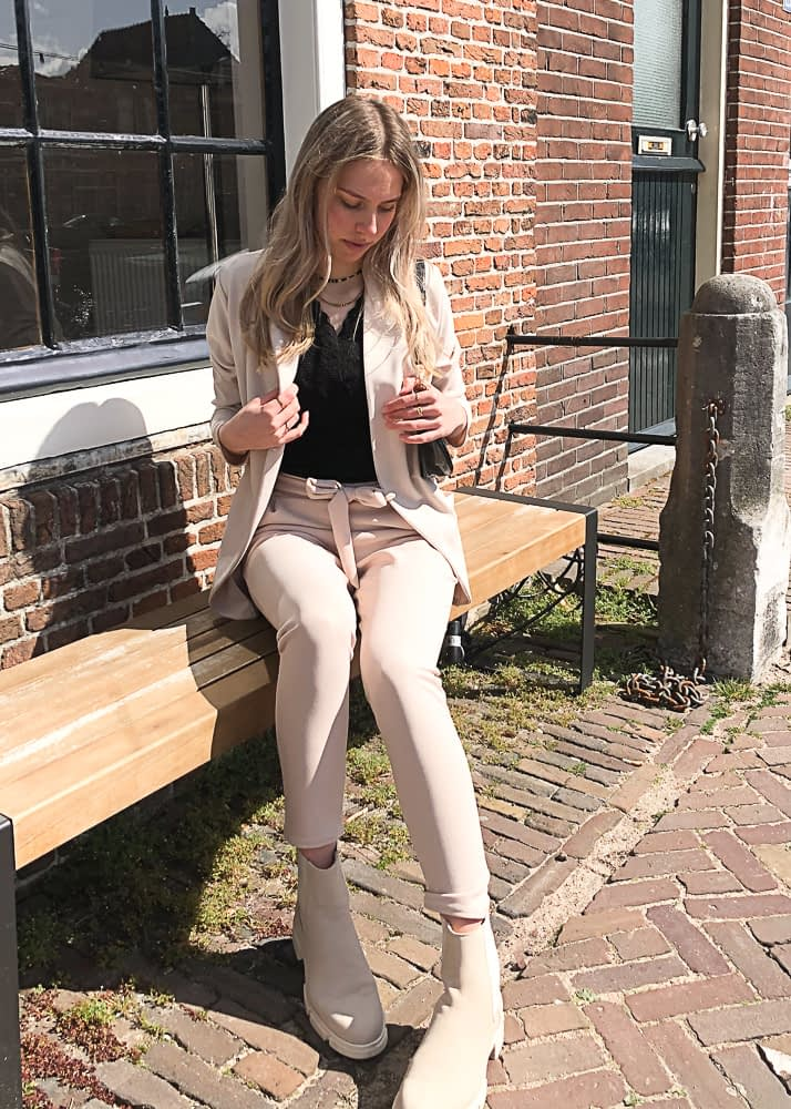 Suit in beige